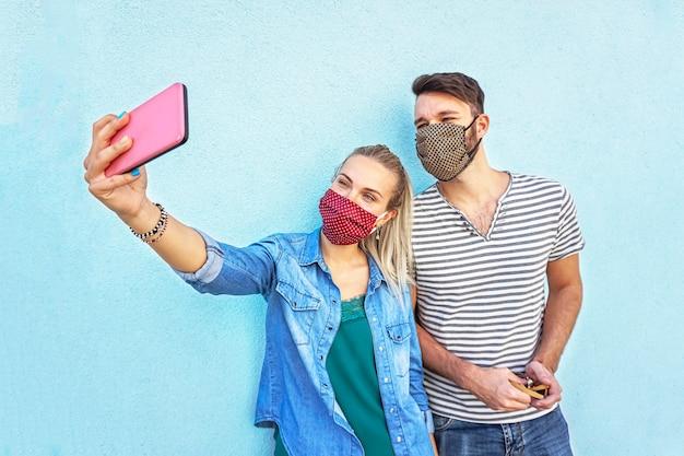 Een stel dat ter bescherming een selfie met gezichtsmasker neemt