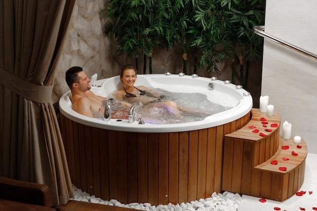Een stel met een ontspannend bad