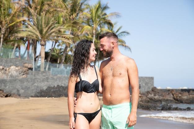 Een stel ontspant op het strand en geniet van hun vakantie op een tropische locatie.