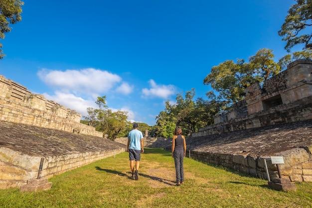 Een stel slentert door het balspel in de tempels van copan ruinas
