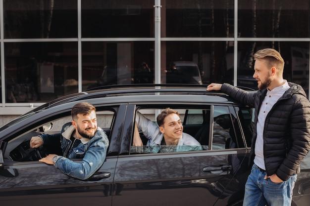 Een stel vrienden die plezier hebben in de auto.