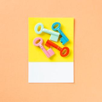 Een stelletje kleurrijke sleutels
