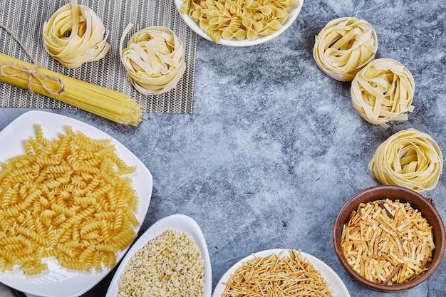Een stelletje rauwe pasta op blauw.