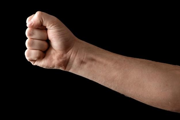 Een sterke man hief zijn vuist op zwart