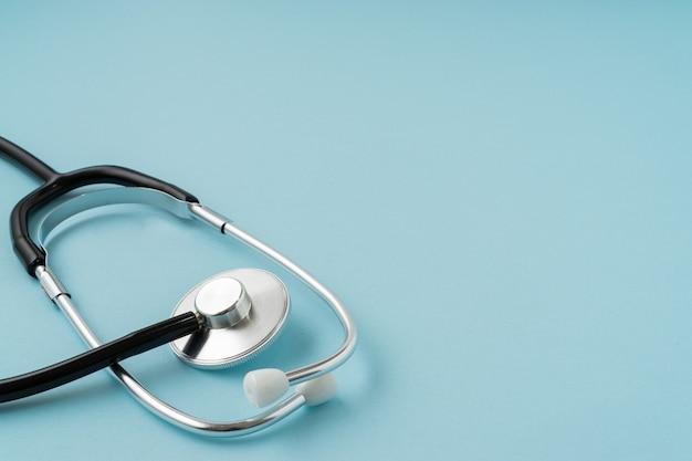 Een stethoscoop op blauwe achtergrond. ruimte kopiëren.