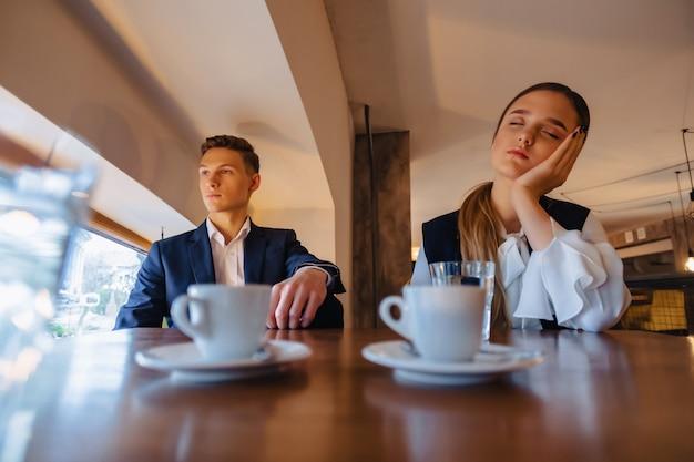 Een stijlvol stel drinkt 's ochtends koffie in het café