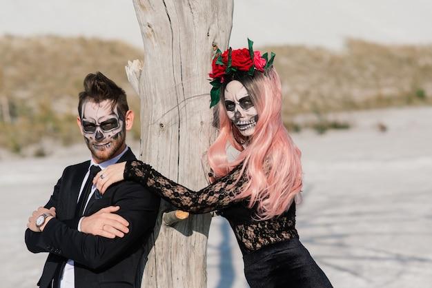 Een stijlvol stel met een skelet maakt halloween of allerzielen goed