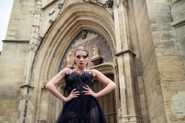 Een stijlvolle bruid in een zwarte trouwjurk in de oude franse stad avignon.