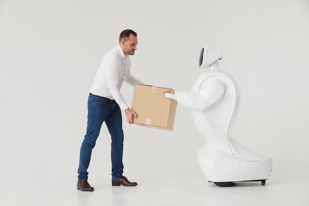 Een stijlvolle man communiceert met een robot.