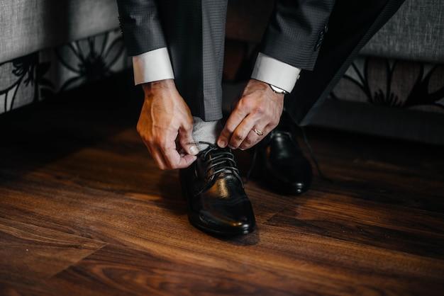 Een stijlvolle man draagt klassieke schoenen close-up. mode.