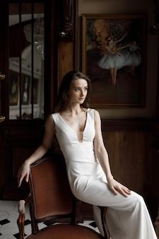 Een stijlvolle moderne bruid in een witte jurk met een uitsnede een conceptueel beeld een trendy beeld van de bruid