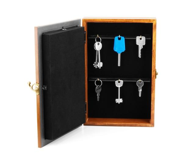 Een stillevencompositie met oude stoffige planken met drie sleutels en een roestige ketting