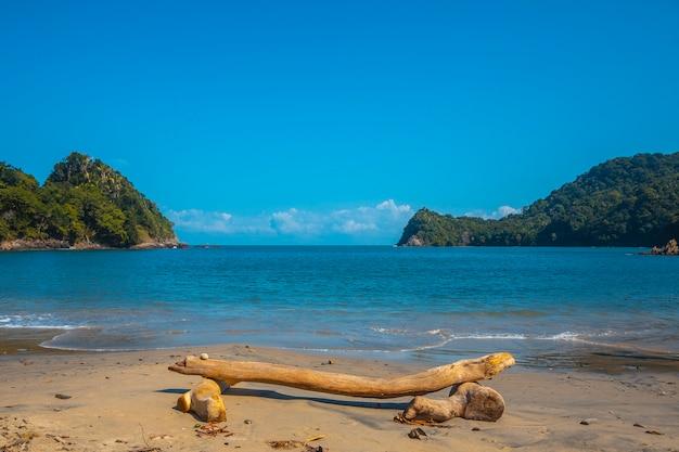 Een stoel op het strand van puerto caribe in punta de sal in de caribische zee, tela. honduras
