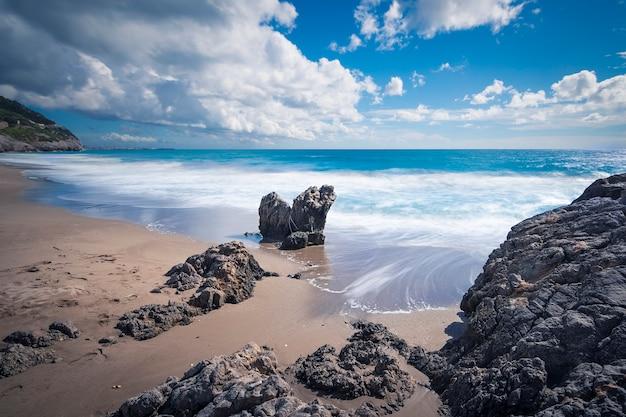Een storm nadert op het strand