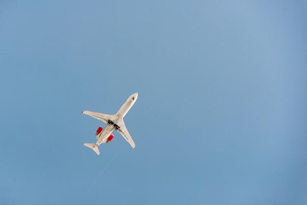 Een straalvliegtuig vliegt in de lucht bij zonsondergang.