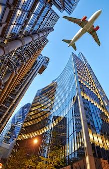 Een straalvliegtuig vliegt over de stad