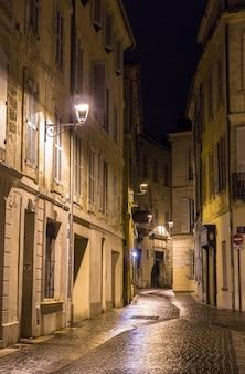 Een straat in avignon in frankrijk bij nacht