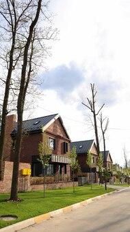 Een straat met huizen en verzorgde gazons in een typische buitenwijk