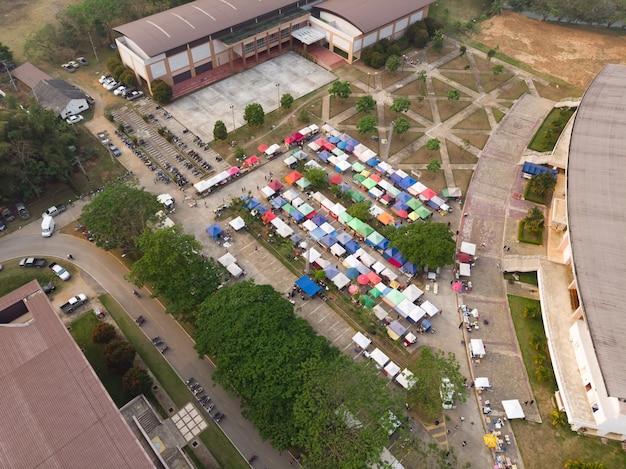 Een straatmarkt in stadionzone
