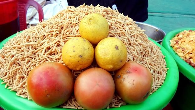 Een straatverkoper die een beroemde knapperige snack verkoopt - churmura en nam