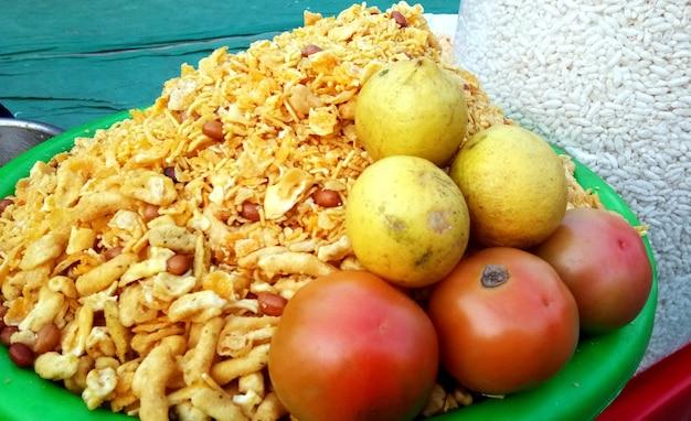 Een straatverkoper die een beroemde knapperige snack verkoopt - churmura en namkeen bhujia