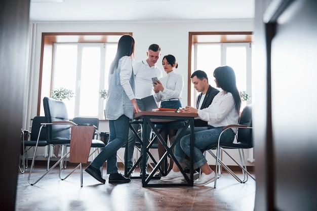 Een strategie opbouwen. mensen uit het bedrijfsleven en manager werken aan hun nieuwe project in de klas