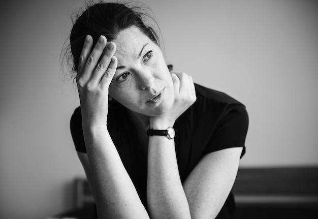 Een stressvolle vrouw alleen in een kamer