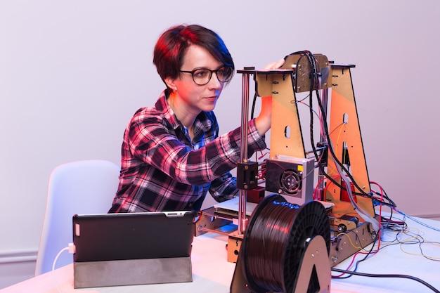 Een studentenvrouw print prototype op printer.