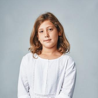 Een studioportret van een gelukkig jong meisje