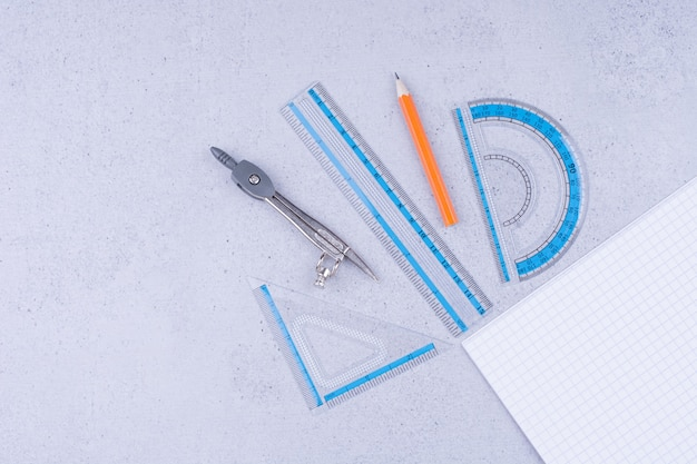 Een stuk blanco papier met schetstools eromheen.