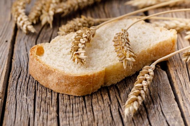 Een stuk brood op houten tafel