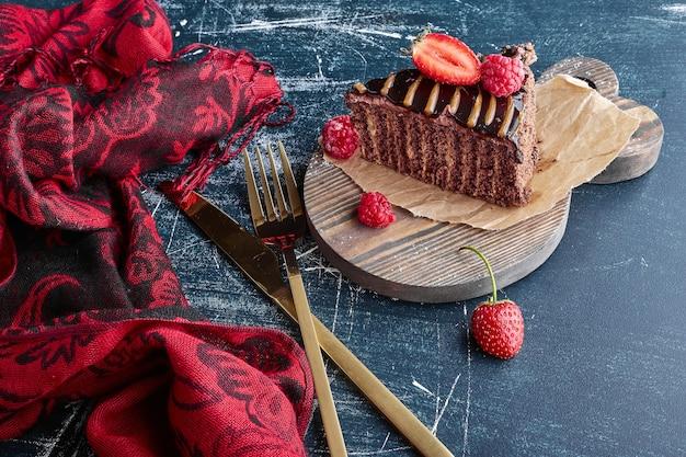 Een stuk chocoladetaart met aardbeien.