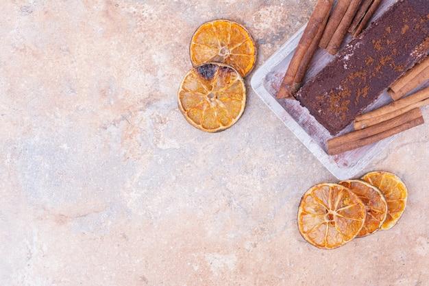 Een stuk chocoladetaart met sinaasappel en kaneel