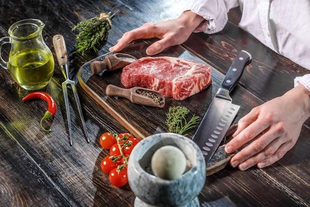 Een stuk gemarmerde rundvleeschef-kok kookt biefstuk