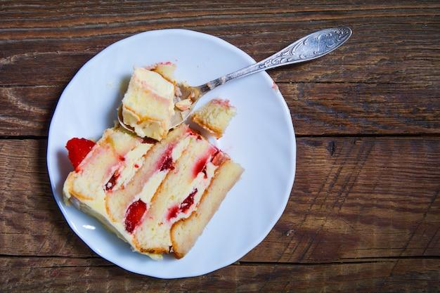 Een stuk huisgemaakte fruitcake met slagroom
