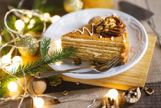 Een stuk kerst cake op de houten tafel