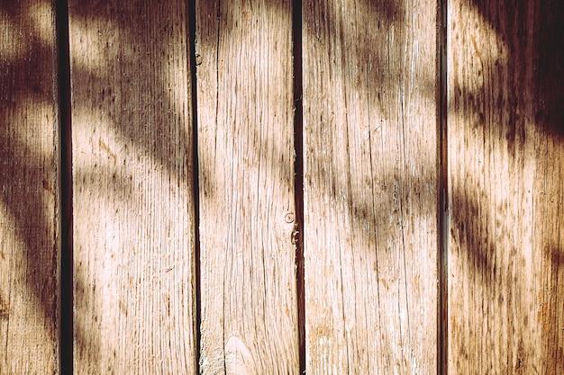 Een stuk natuurlijke houten ongeverfde hek