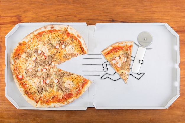 Een stuk pizza raakt op