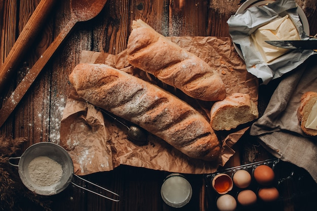 Een stuk stokbrood met boter op de linnen stof