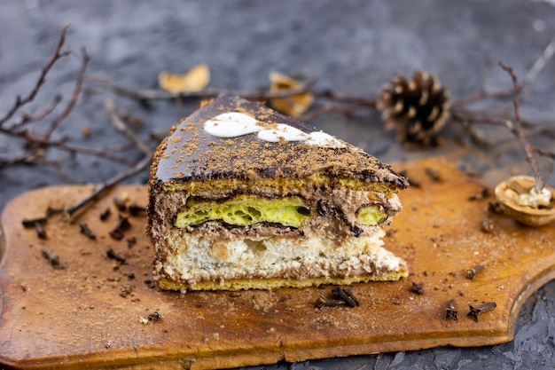 Een stuk wintertaart. een stuk gesneden cake gebakken voor de wintervakantie
