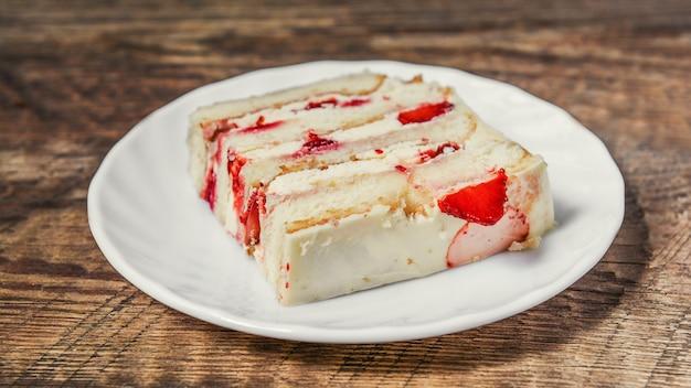 Een stuk zelfgemaakte cake met slagroom