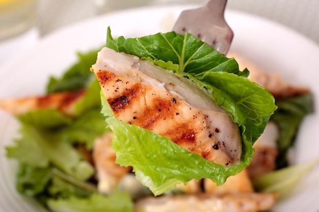 Een stukje kip caesar salade