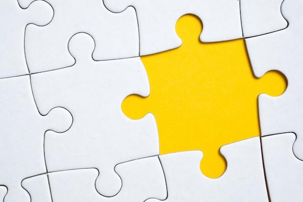 Een stukje van de puzzel ontbreekt in het algehele patroon of afbeelding. het concept van afwezigheid.