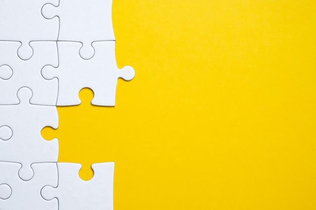 Een stukje van de puzzel ontbreekt op de algehele achtergrond van het beeld