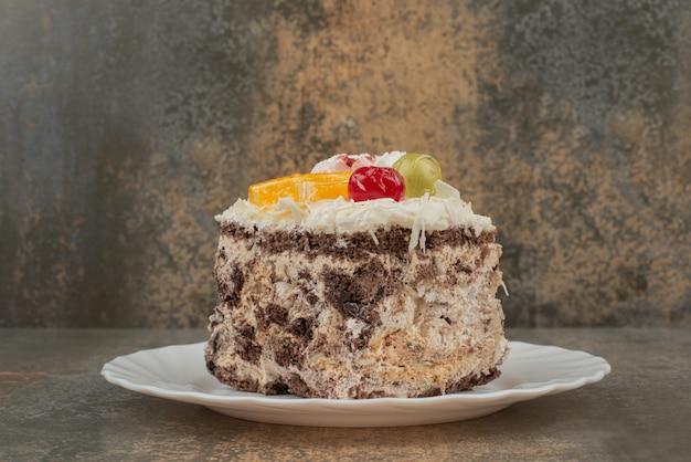 Een stukje zoete taart op een witte plaat