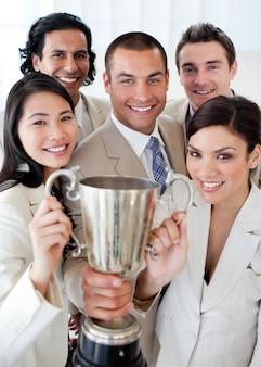 Een succesvol commercieel team dat een trofee houdt
