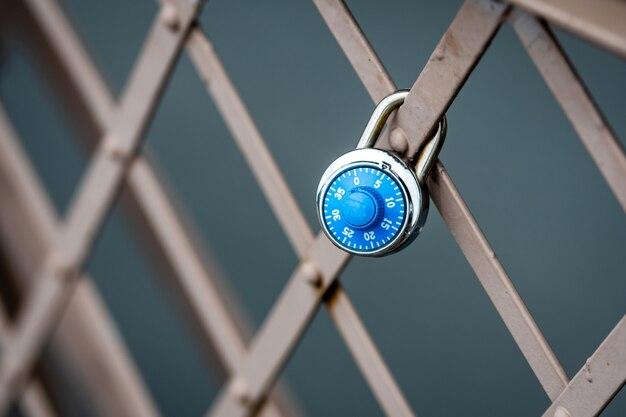 Een symbolisch hangslot aan de brooklyn bridge-reling, new york, vs.