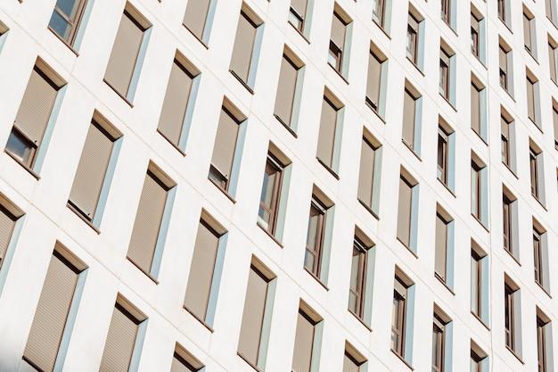 Een symmetrische close up van een muur van ramen op een gebouw met kopie ruimte en design