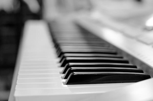Een synthesizertoetsenbord dichte omhooggaand