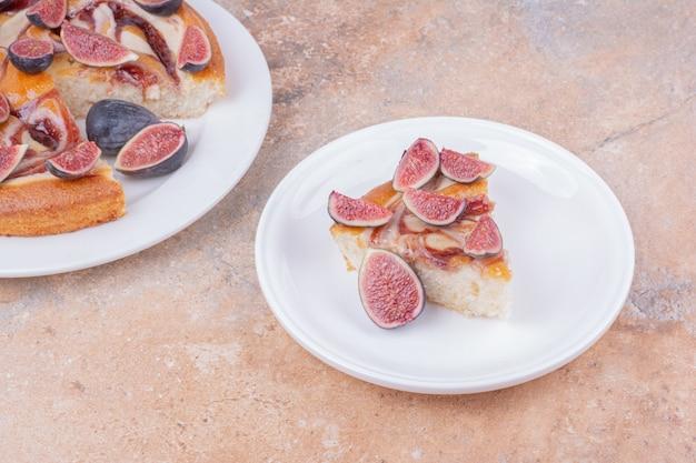 Een taart met vijgen in een wit bord op het marmer